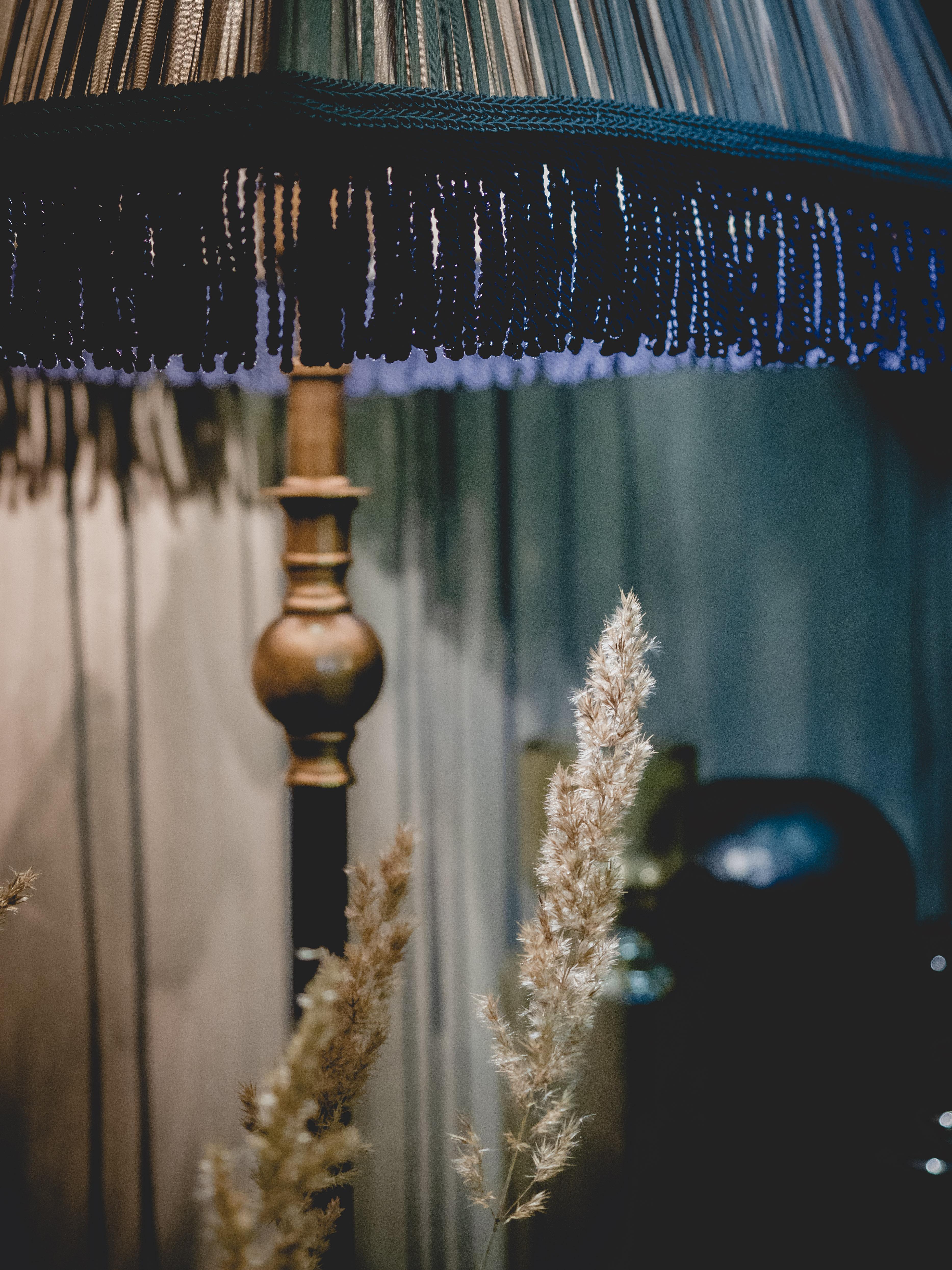 Rudas rankų darbo gaubtas su mėlinomis apdailomis interjere