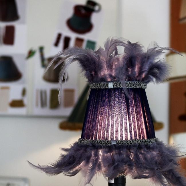 Rankų darbo gaubtas su natūraliomis dažytomis plunksnomis