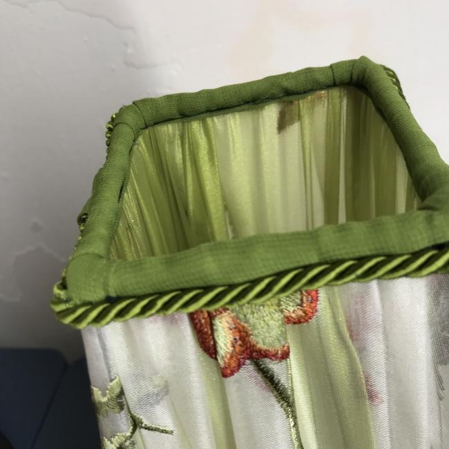 Rankų darbo gaubtas iš šilkinio siuvinėto audinio